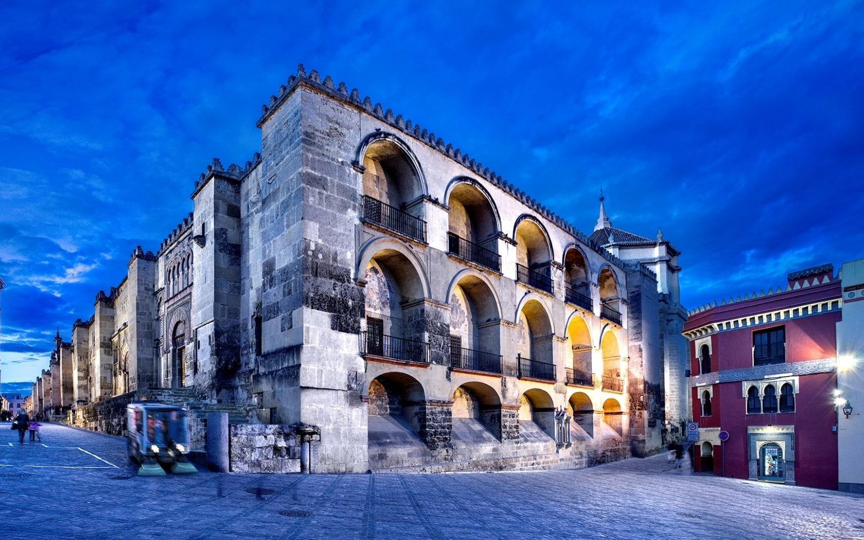 Orașul Vechi este alcătuit din numeroase clădiri interesante