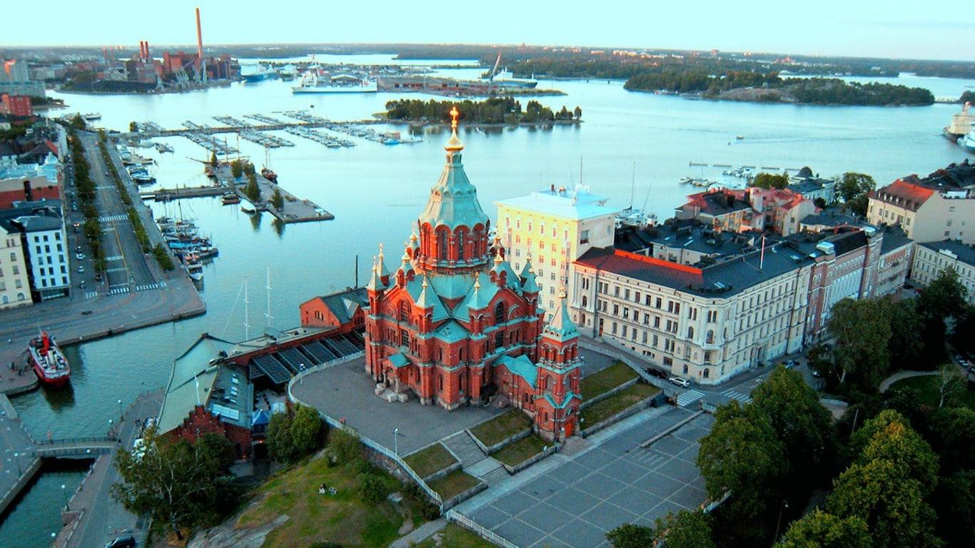 Panorama capitalei finlandeze cu Catedrala Uspenski în prim plan