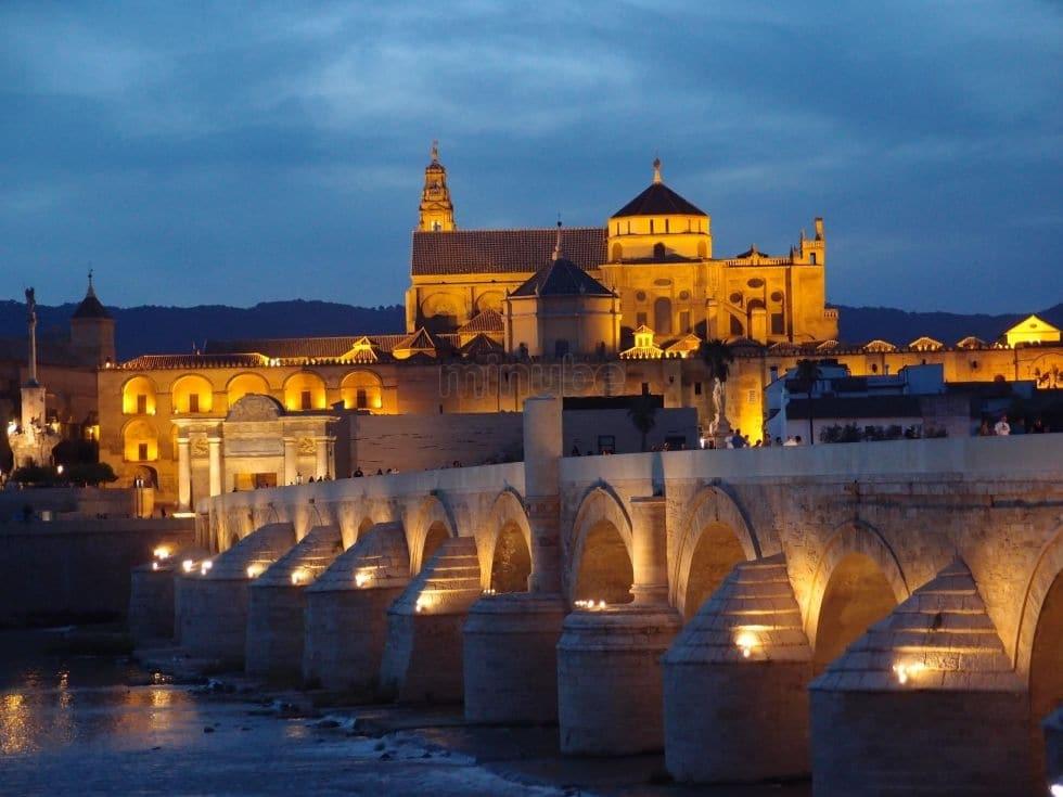 Podul Roman cu frumoasa catedrală în fundal