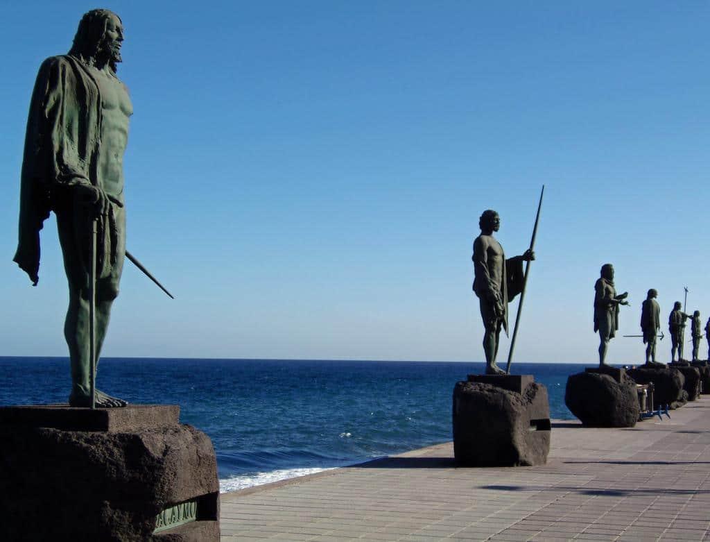Statuile regilor domină întreaga regiune cu prezența lor