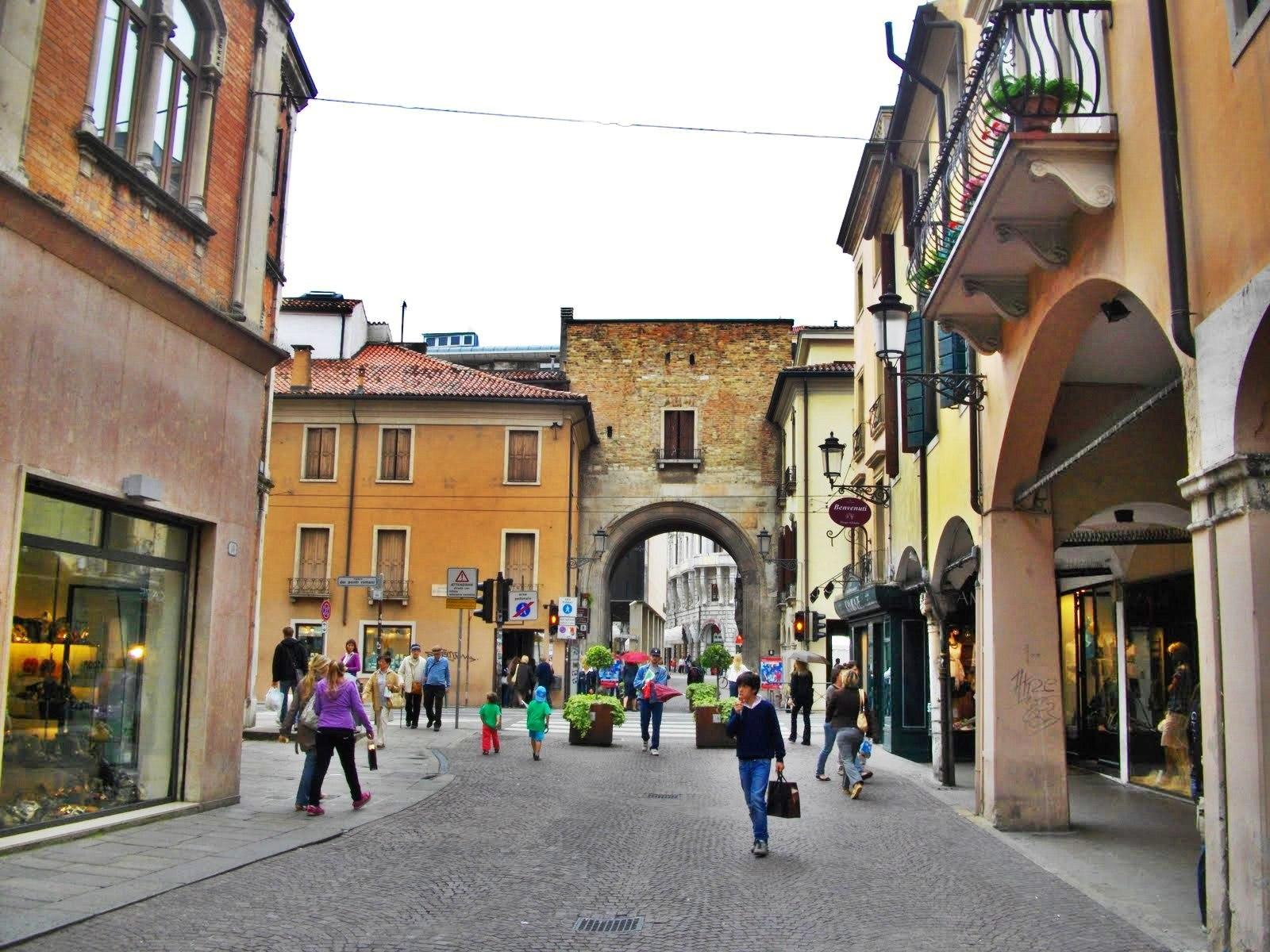 Străduțele înguste, specific italiene, îmbie la plimbări îndelungate