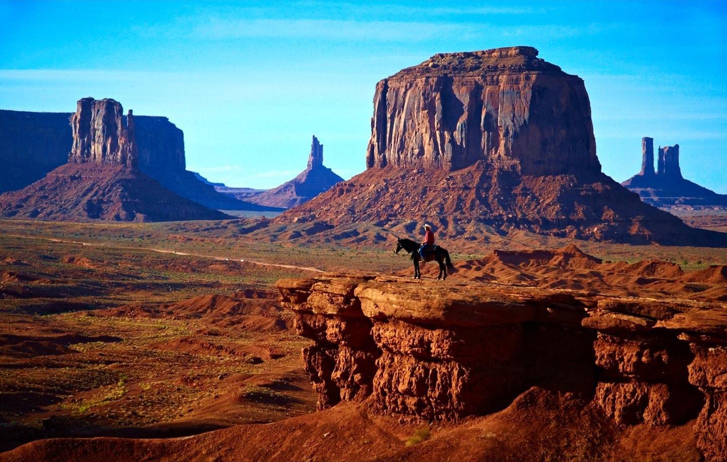 Turiștii mai pot vizita zona și călare pe cal