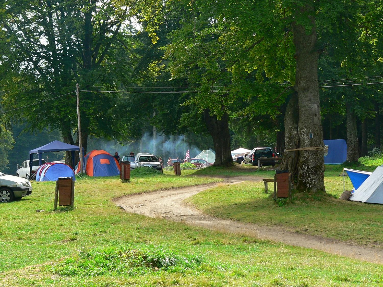 Turiștii preferă să stea câteva zile la cort, pentru că doar așa vor avea parte de relaxare totală