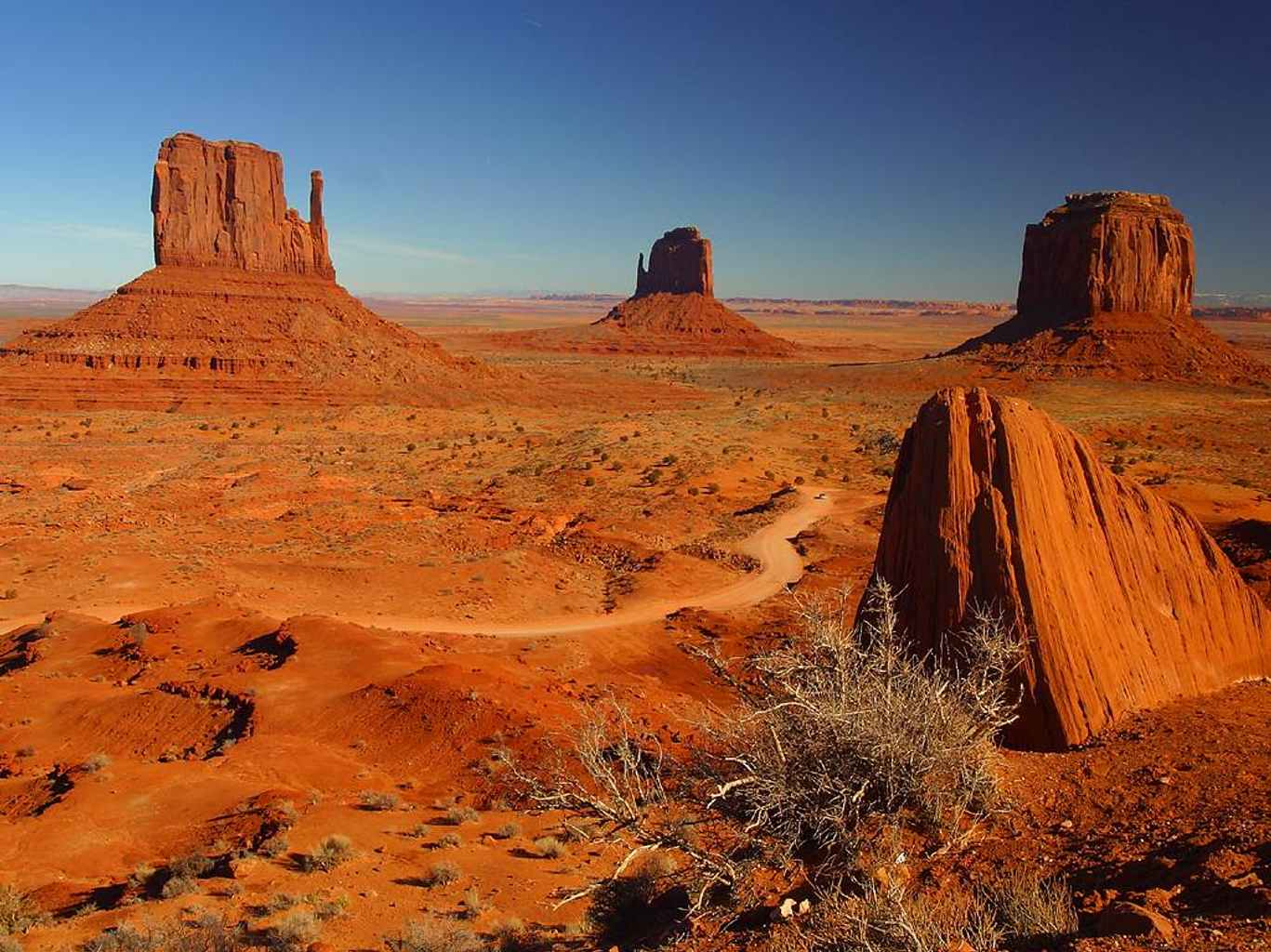Un drum de acces șerpuiește printre monumentele naturale