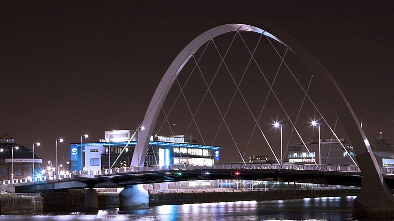 Un pod modern facilitează accesul pe malul celălalt al râului