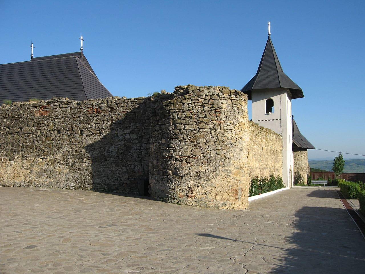 Zidul din piatră este vechi de sute de ani