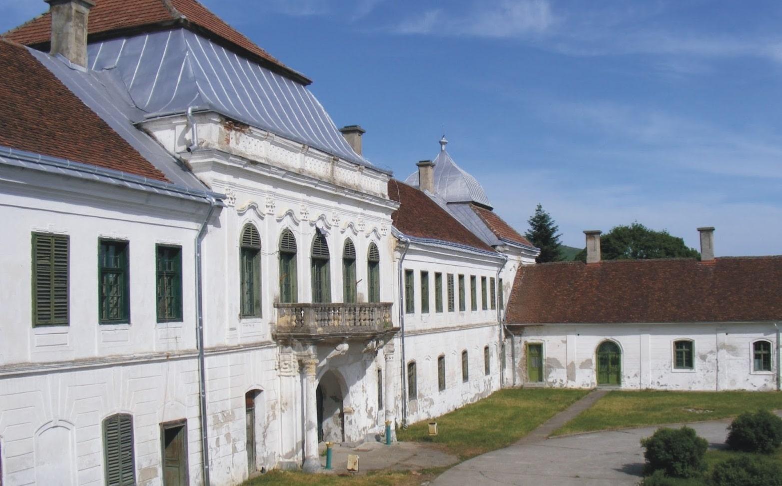 Castelul Wesselenyi văzut din lateral
