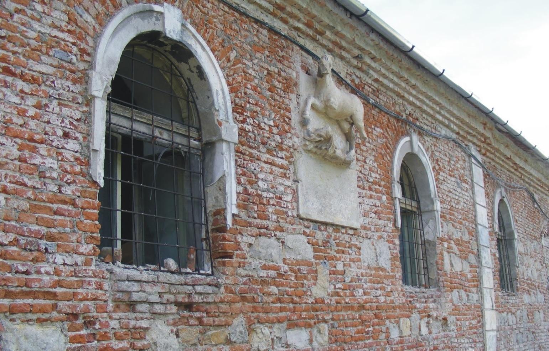 Sculptura în formă de cal de pe peretele grajdului