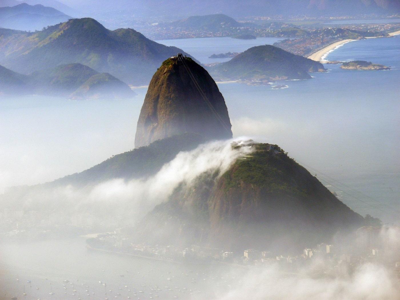 În diminețile reci, un val de ceață densă îmbracă Muntele Pâine de Zahăr