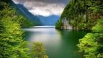 În funcție de zi, apele lacului par uneori albastre, alteori de un verde smarald