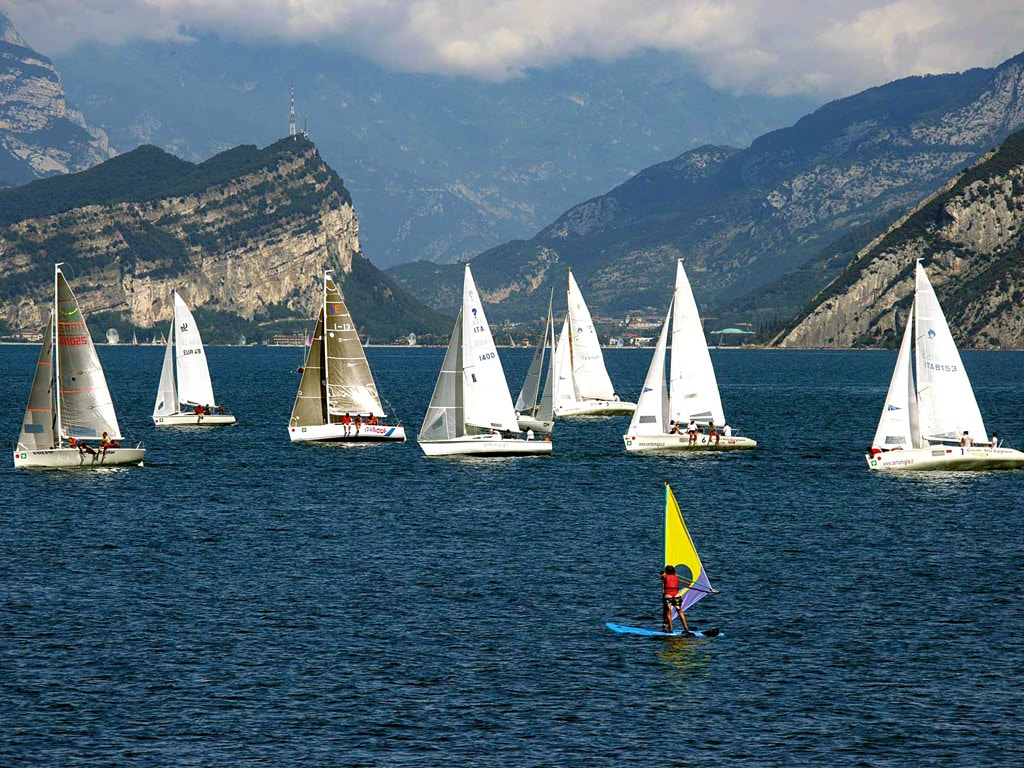 Ambarcațiunile străbat Lacul Garda cât e ziua de lungă
