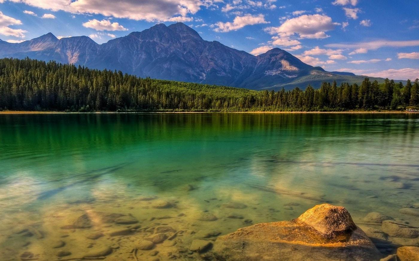 Apele lacului sunt uneori foarte transparente