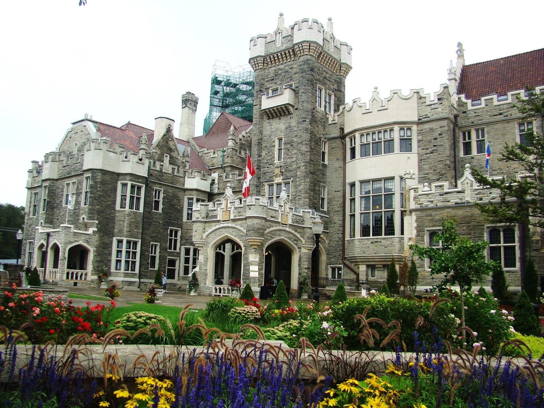 Castelul este înconjurat de numeroase spații verzi