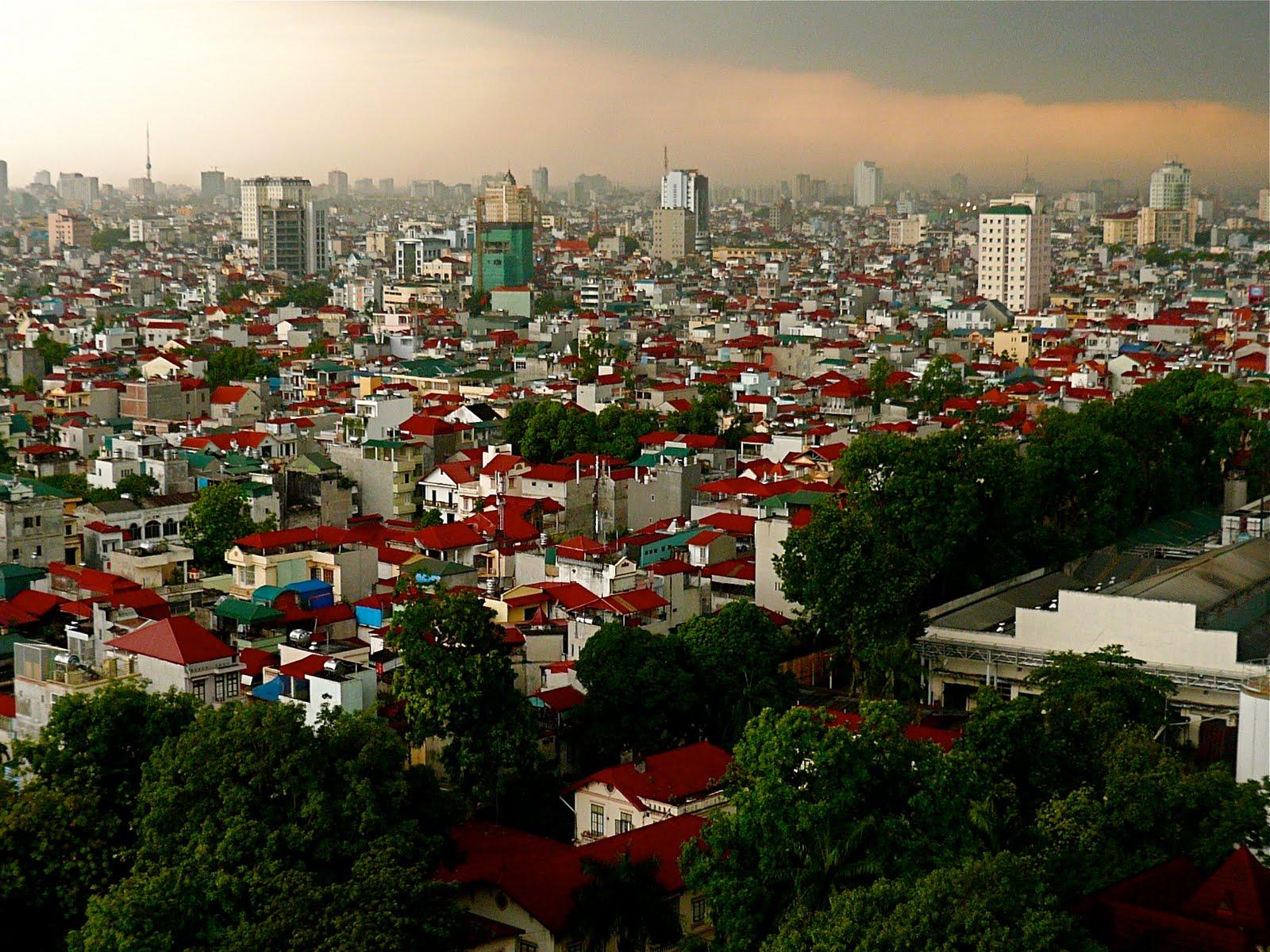 Clădirile cu acoperiș roșu domină orizontul capitalei vietnameze