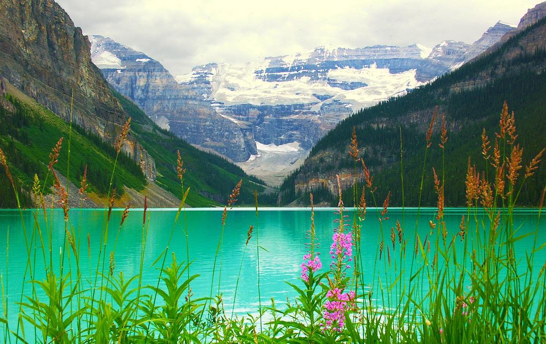 Deseori nuanțele apelor variază de la verde la albastru
