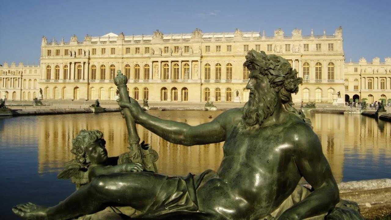 Frumusețea Palatului Versailles este subliniată de statuile interesante care înconjoară edificiul