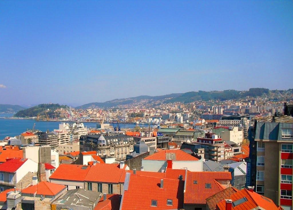 Panorama orașului într-o zi însorită