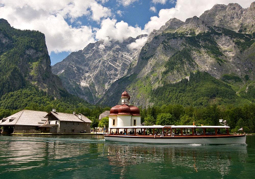 Pe lac există și o frumoasă mănăstire, la care se ajunge numai cu barca