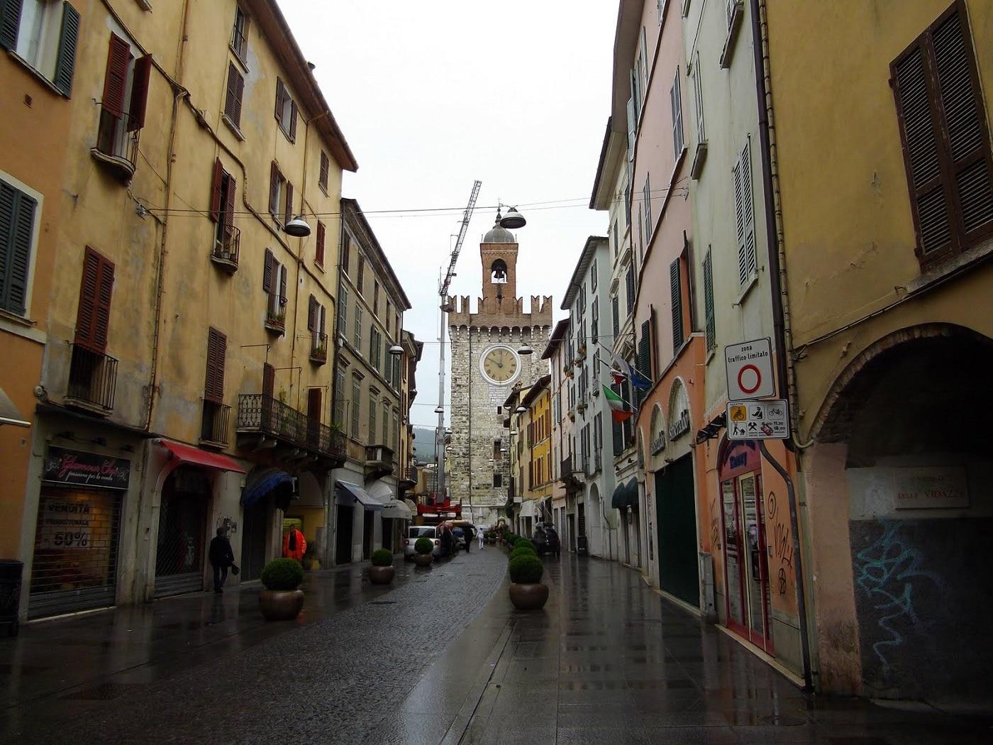 Străduțele înguste, tipic italiene, se regăsesc și în Brescia