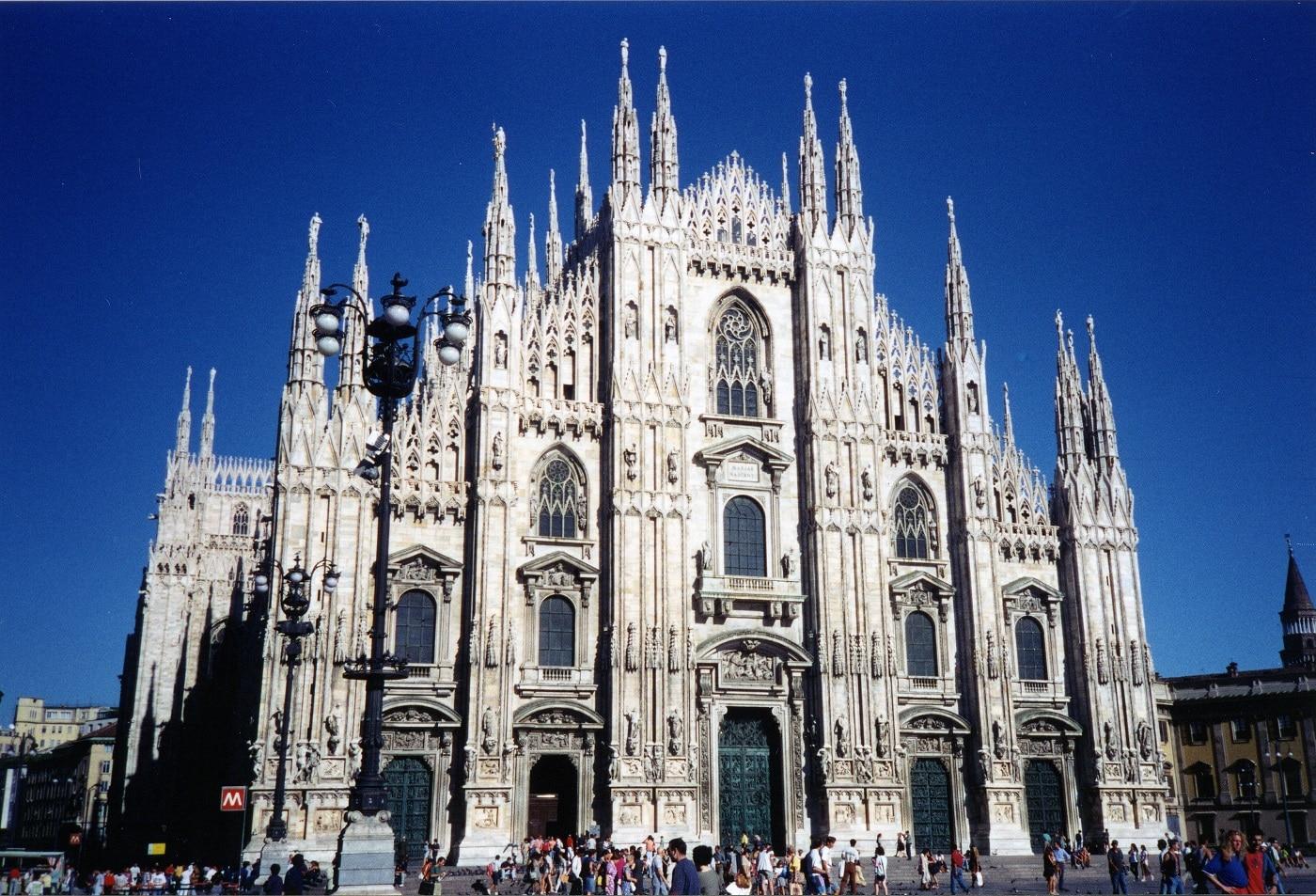 Turiștii roiesc în jurul Domului din Milano