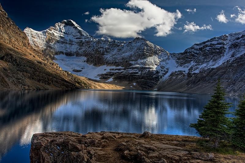 Zăpada de pe crestele munților conferă apelor un luciu aparte