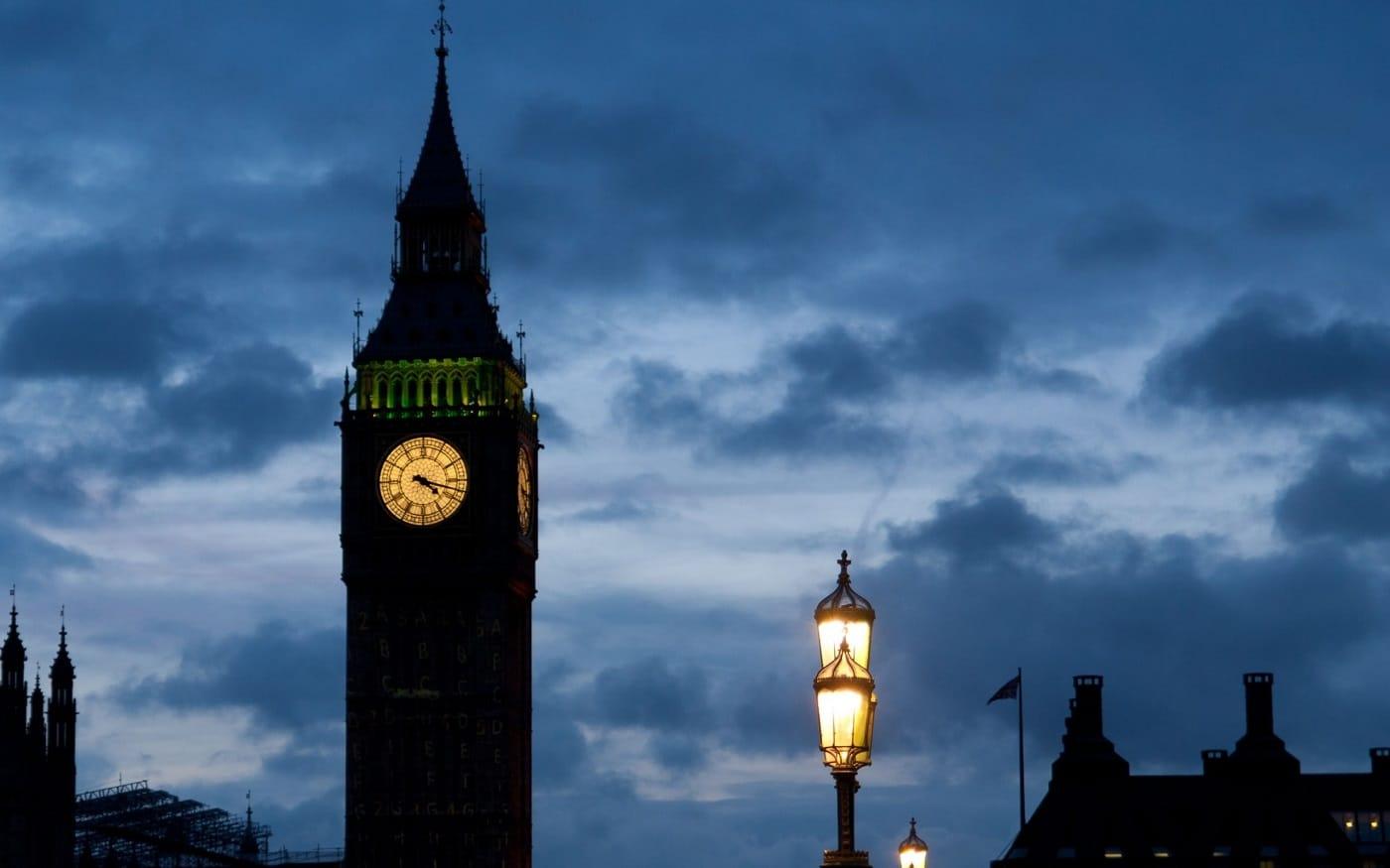 În timpul nopții, ceasul este frumos iluminat