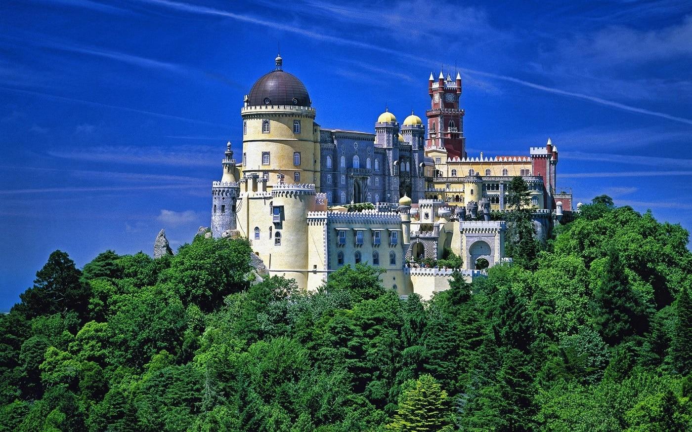 În zilele senine, palatul poate fi observat de la mari distanțe