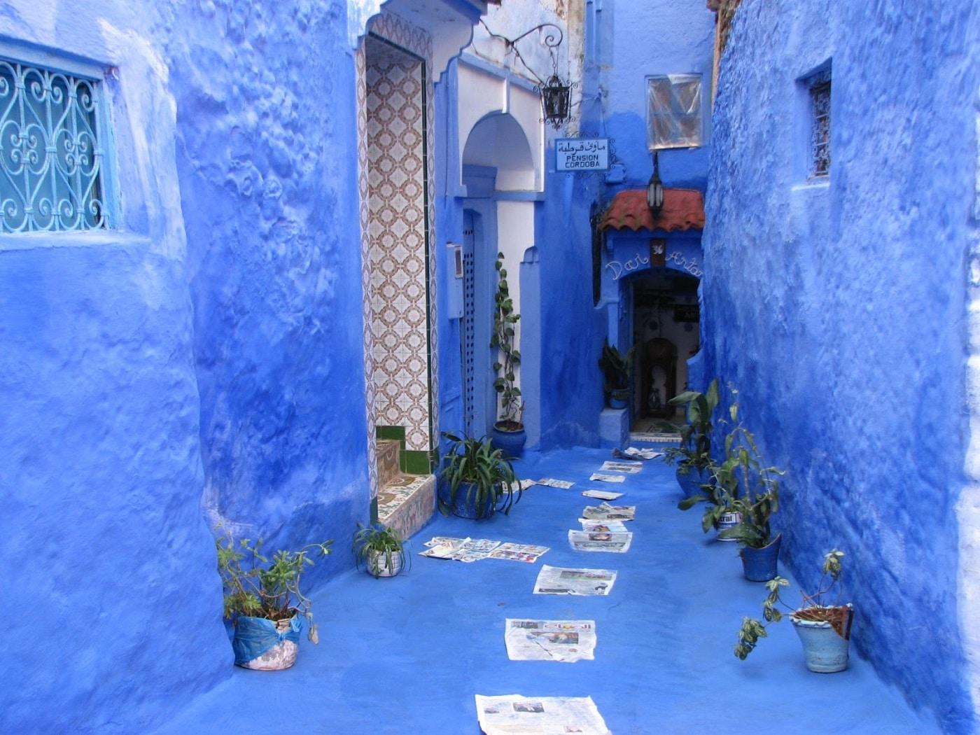 Îngustele străduțe din oraș sunt colorate tot în albastru