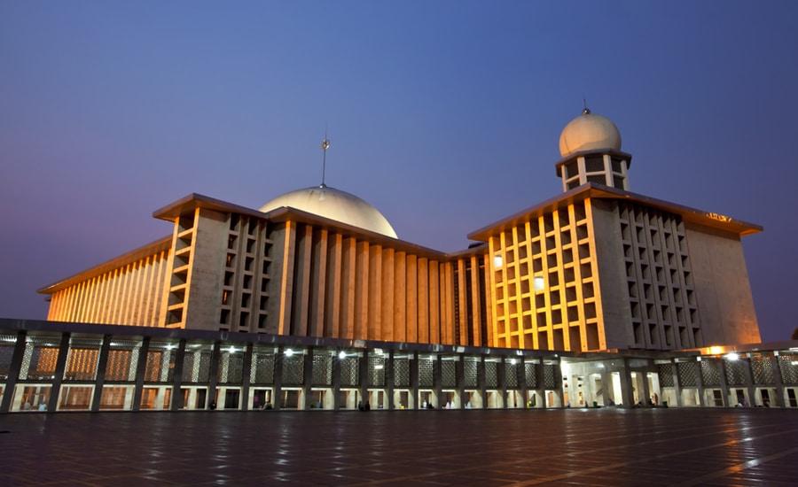 Edificiul primește zilnic sute de credincioși