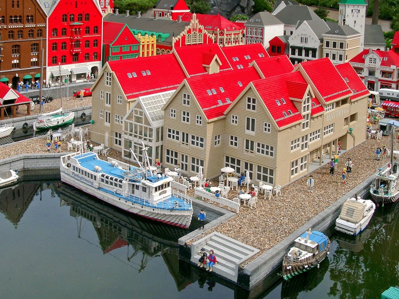 Este incredibil ce s-a putut construit din celebrele piese LEGO