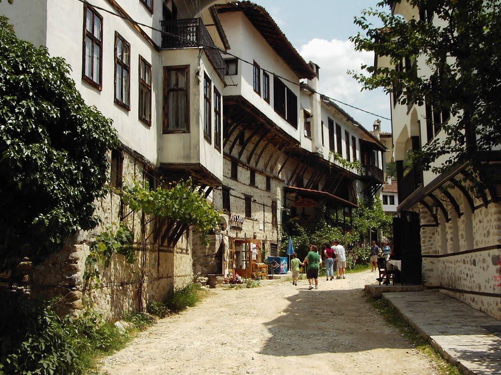 Grupuri de turiști se plimbă pe străduțele înguste