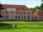 Locuitorii și turiștii deopotrivă obișnuiesc să se relaxeze pe iarbă
