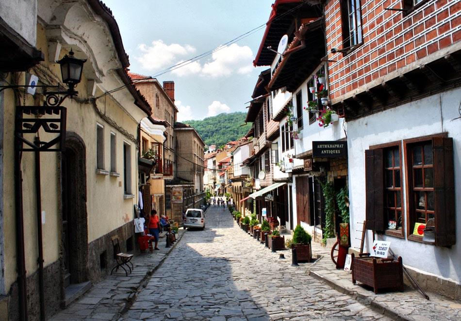 Turișții adoră să se plimbe pe străduțele pietruite