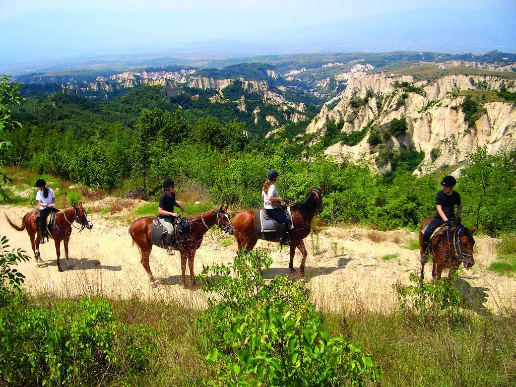 Turiștii obișlnuiesc  să viziteze împrejurimile călare pe cai