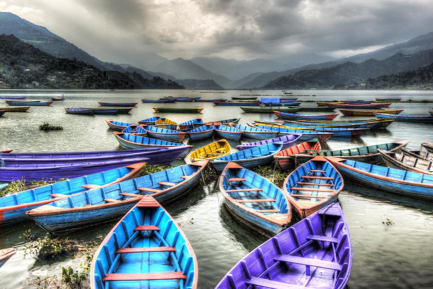 Ambarcațiunile colorate te invita să plutești pe lac