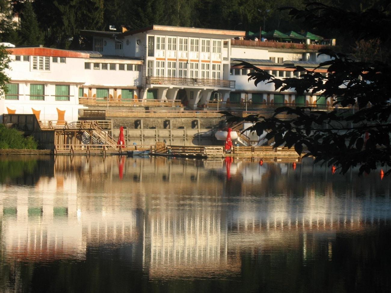 Apele lacului, oglinda structurilor din jur