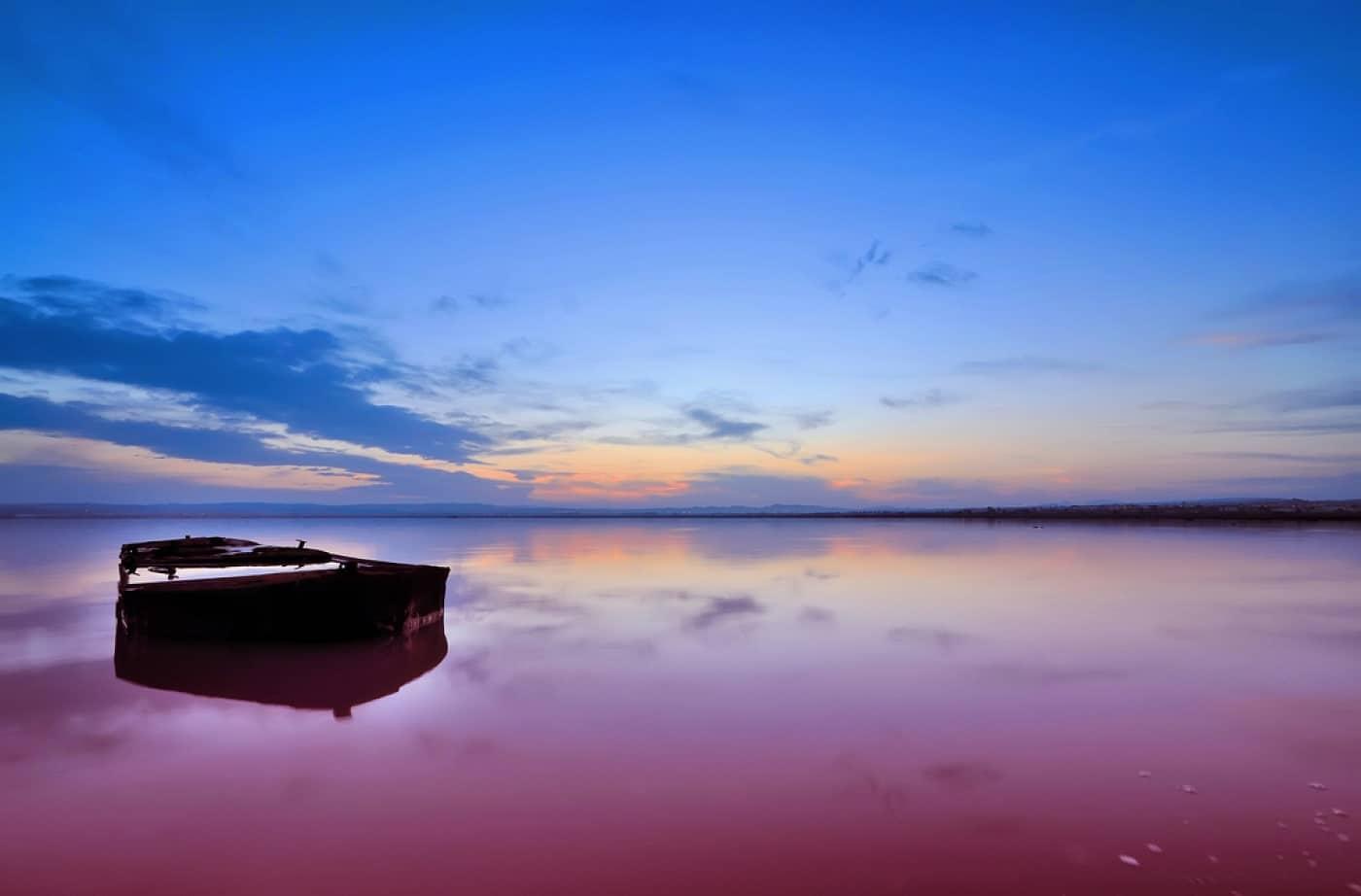 Apele lacului sunt destul de limpezi, în ciuda faptului că sunt colorate în roz