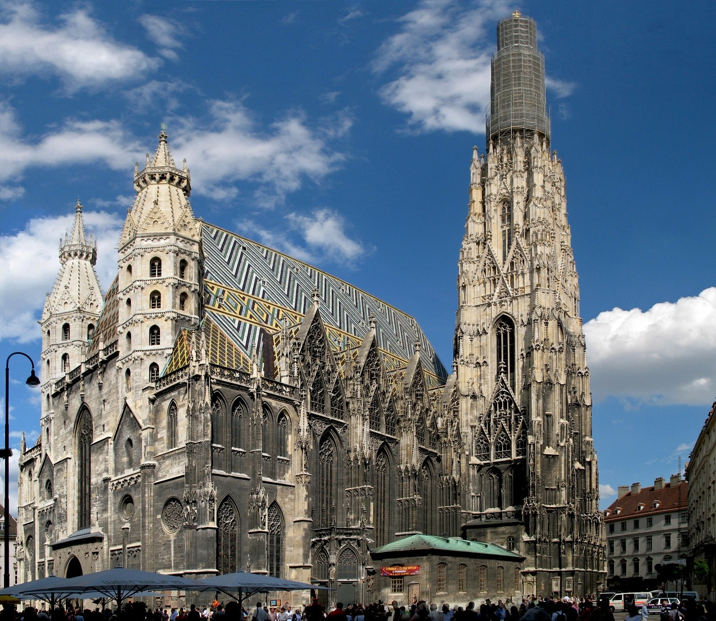 O mulțime de turiști curioși roiesc în jurul catedralei