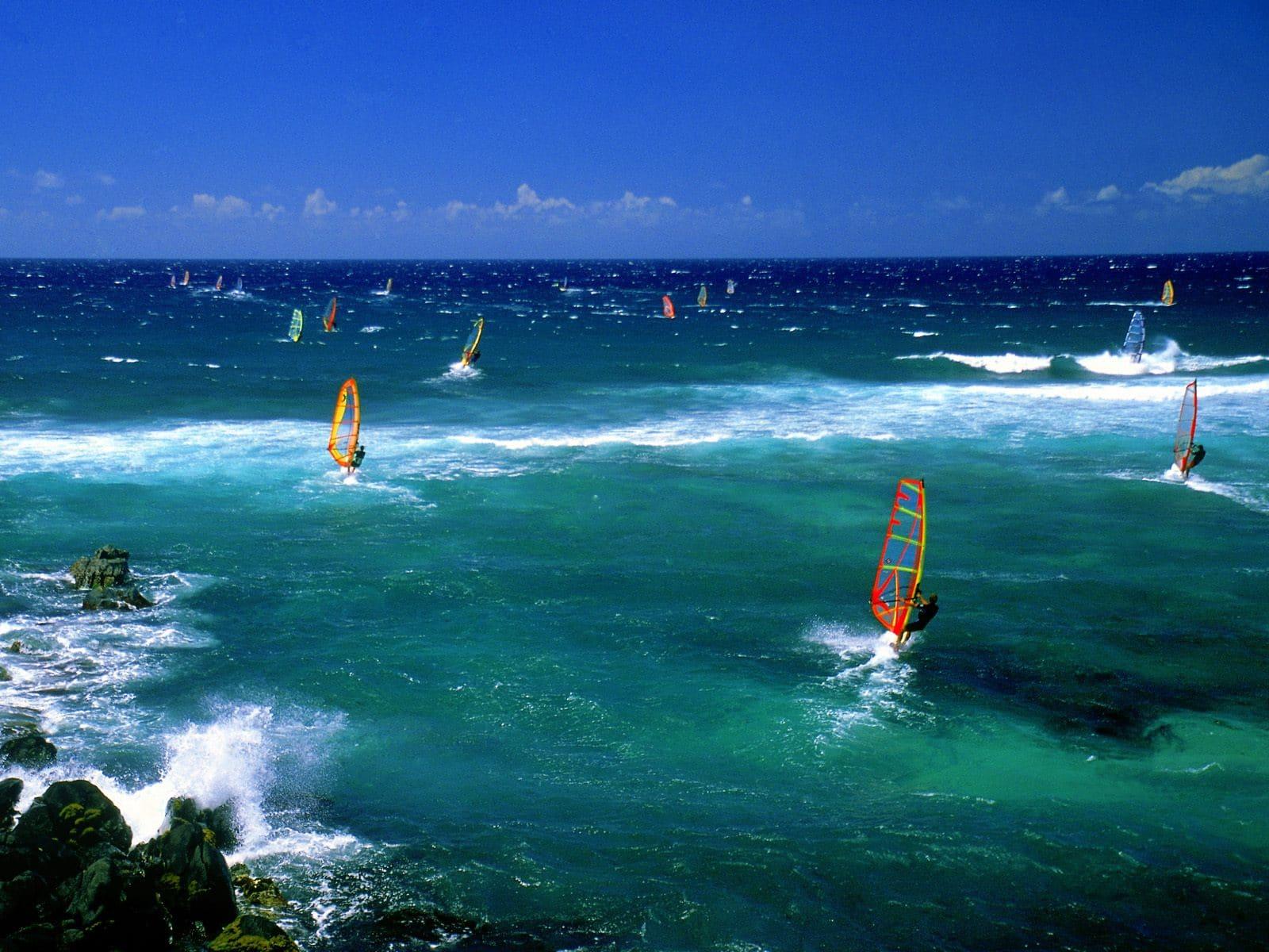 Windsurfing, un sport adorat de către turiștii care ajung pe Insula Maui