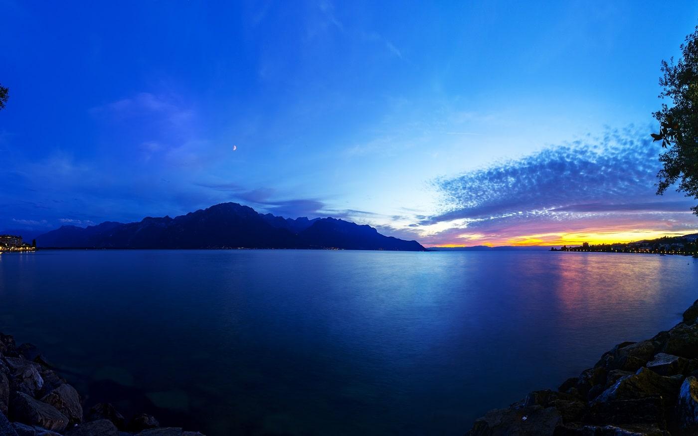 Apele lacului întregesc peisajul