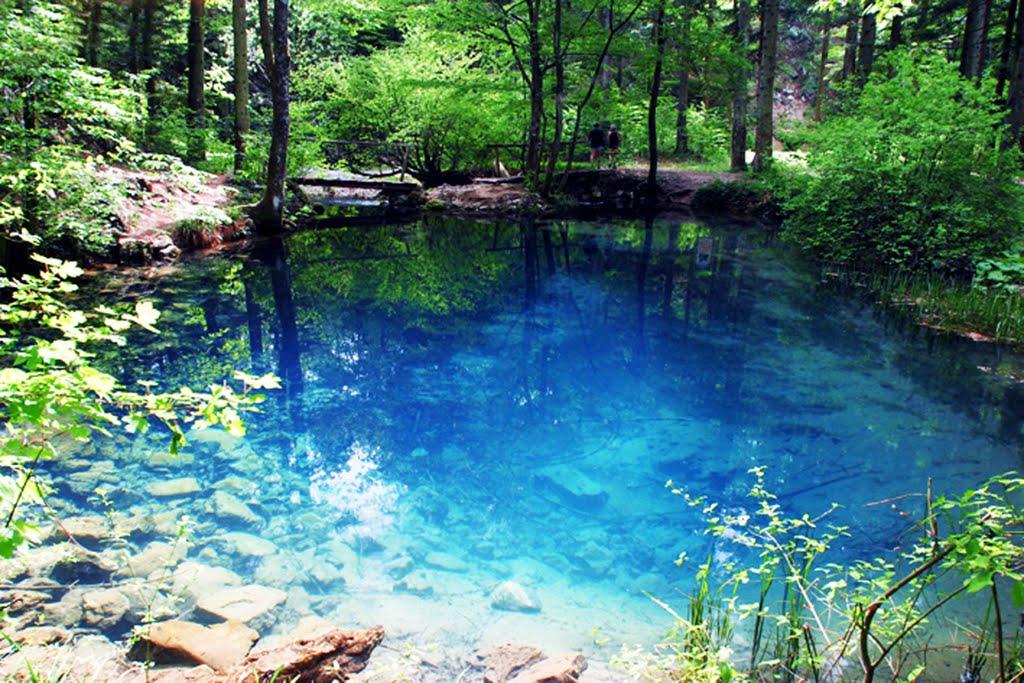 Apele lacului capătă nuanţe diferite în funcţie de mometul zilei