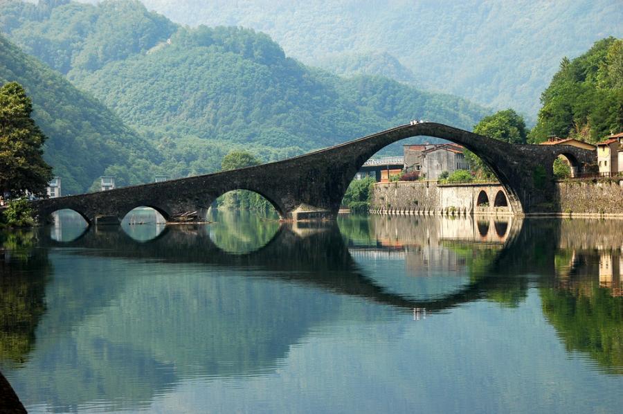 Faimosul pod al oraşului de pe Râul Serchio