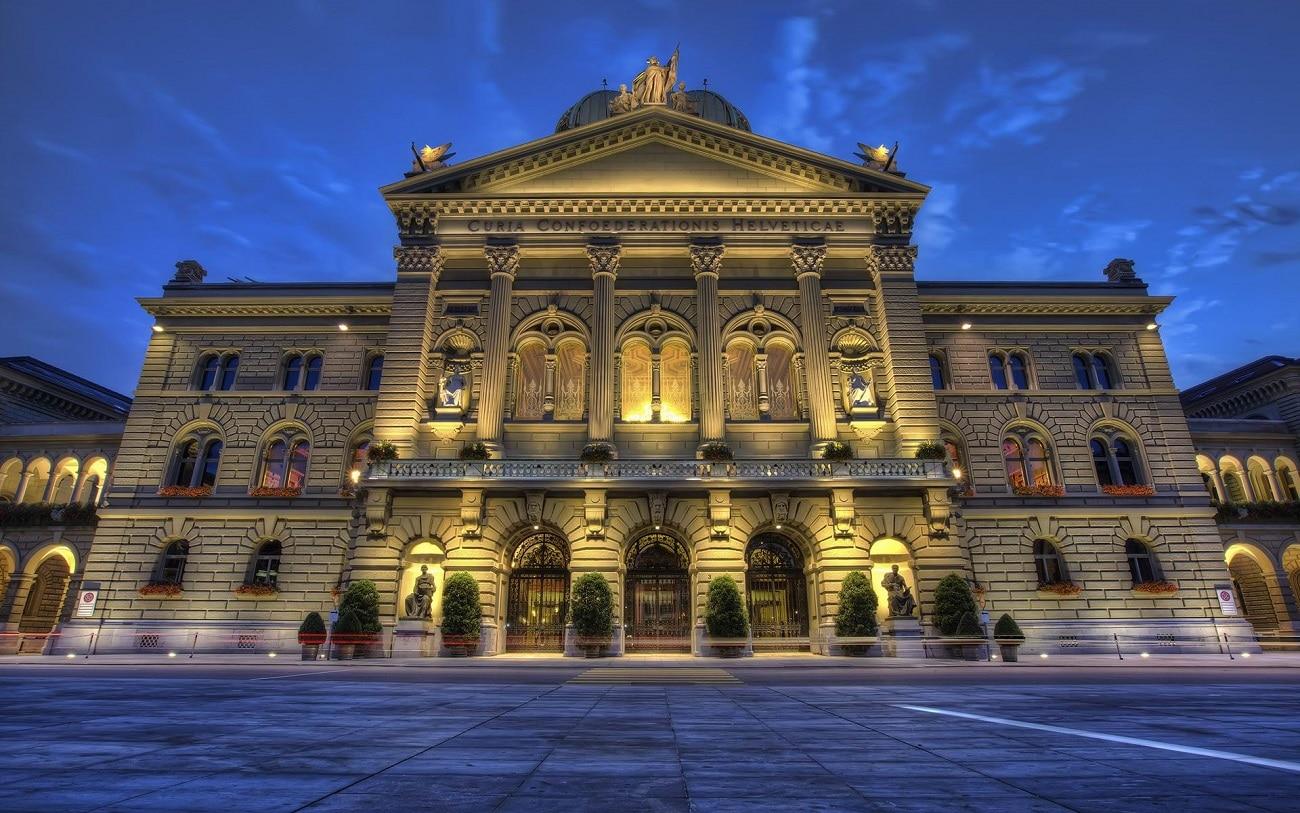 Parlamentul din Berna, frumos iluminat în timpul nopţii