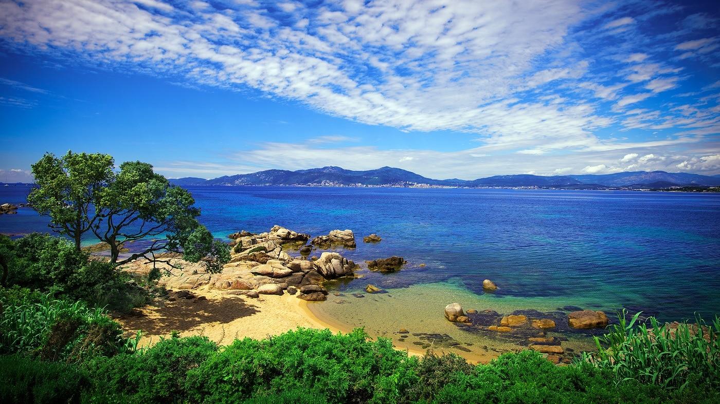 Teritoriul îmbină armonios marea cu muntele