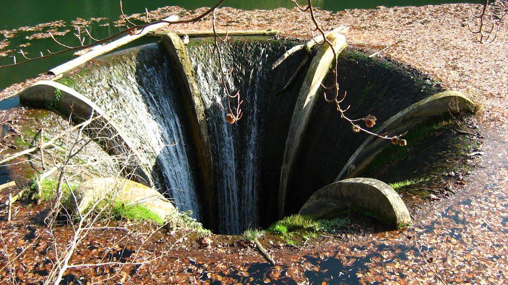 Vârtejul din mijlocul lacului, mecanismul prin care apele au un nivel constant