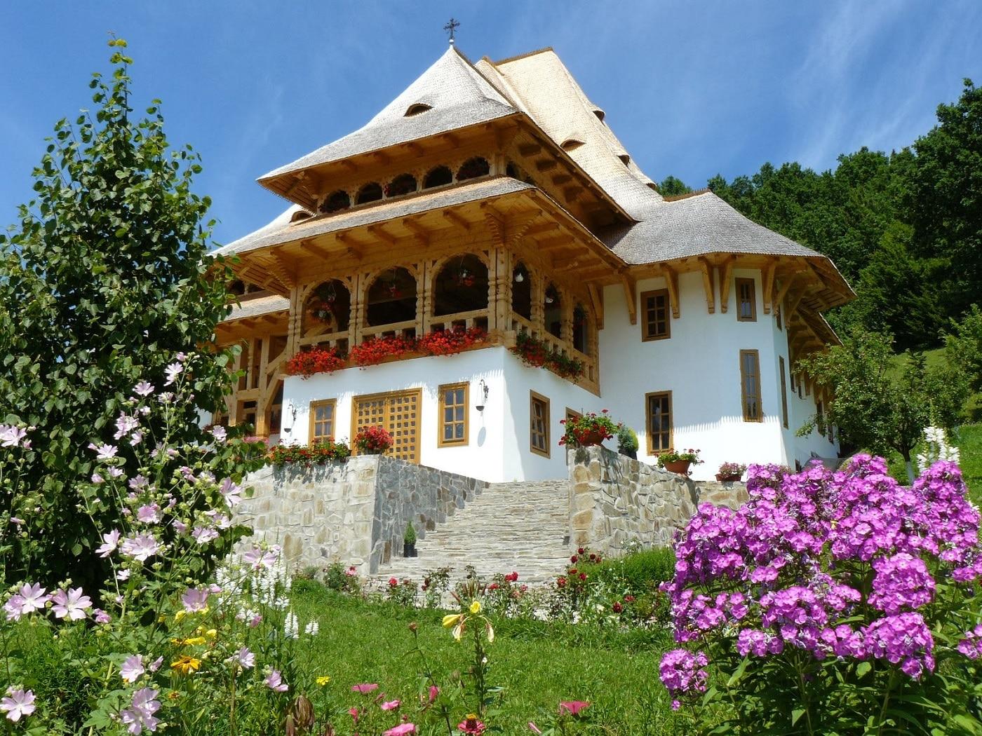 Aleile înlorite sunt motivul pentru care turiștii vizitează mănăstirea în timpul verii