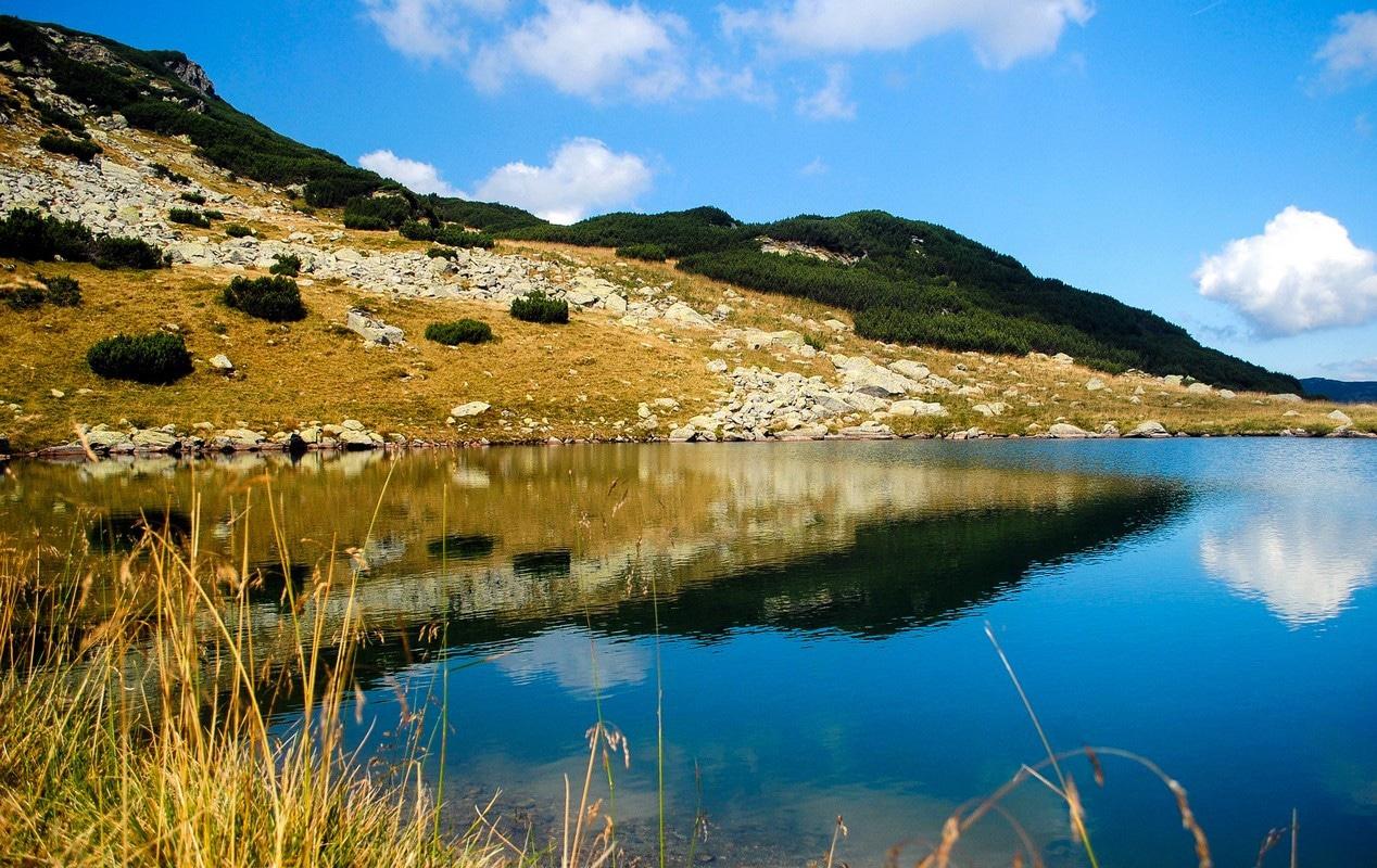 Lacul Gâlcescu își schimbă înfățișarea în funcție de anotimp