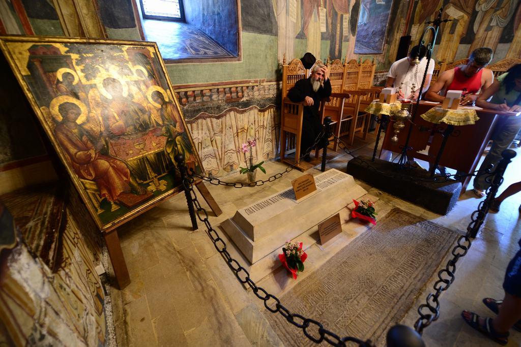 Mormântul lui Mircea cel Bătrân din incinta mănăstirii