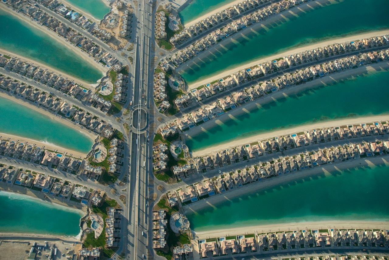 Un întreg ansamblu de clădiri pluteşte pe insula de nisip