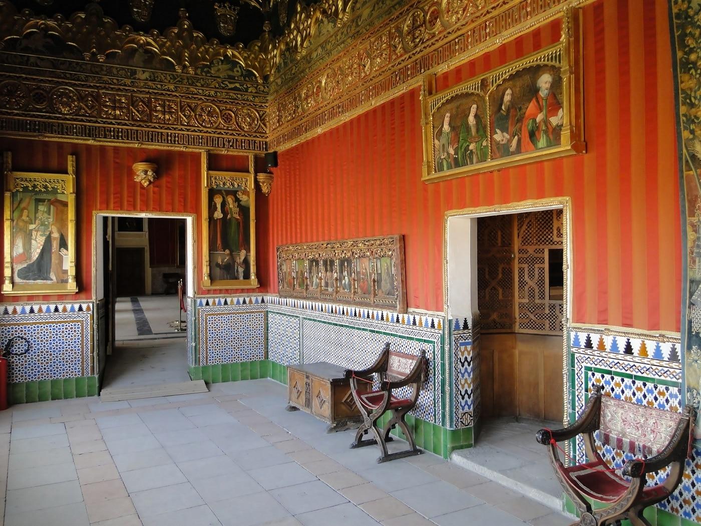 Camerele castelului încă mai sunt decorate cu obiectele originale